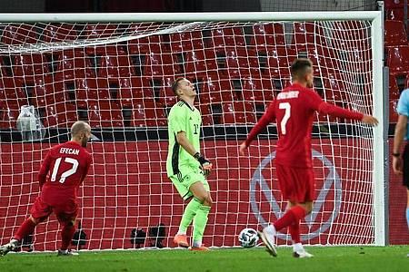 Nationaltorhüter Bernd Leno (M.) ärgert sich nach dem 1:1. Foto: Federico Gambarini/dpa