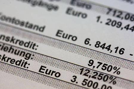 Negativ-Kontostand von 6.844,16 Euro auf einem Kontoauszug. Im Vergangenen Jahr suchten mehr Menschen wegen finanzieller Schieflage die Hilfe von Schuldner- und Insolvenzberatungsstellen. Foto: Jens Büttner/dpa-Zentralbild/dpa