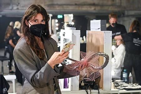 Die österreichische Designerin Florentina Leitner steht backstage vor der Modenschau mit ihrer Kollektion unter dem Titel «Vacation on the Moon». Foto: Jens Kalaene/dpa-Zentralbild/dpa