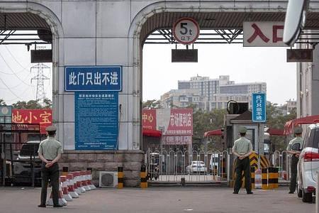 Auf einem Großmarkt in Peking gab es einen neuen Corona-Ausbruch. Foto: Mark Schiefelbein/AP/dpa