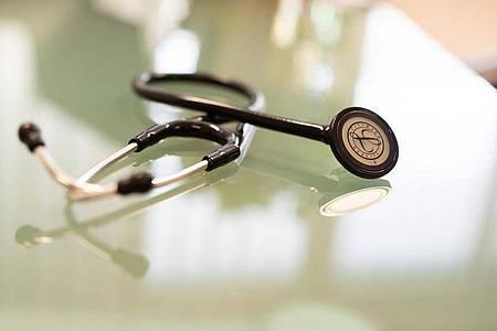 Ein Stethoskop liegt in einem Behandlungszeimmer eines Facharztes für Allgemeinmedizin. Foto: Frank Rumpenhorst/dpa