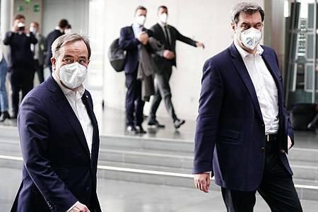 CDU-Chef und Unions-Kanzlerkandidat Armin Laschet (R) zusammen mit Markus Söder. Foto: Michael Kappeler/dpa