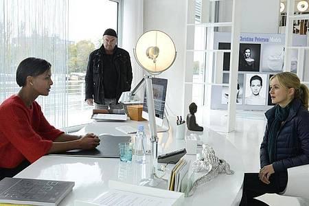 Agenturchefin Christina Petersen (Dennenesch Zoudé, l) erklärt Otto Garber (Florian Martens) und Linett Wachow (Stefanie Stappenbeck) die gnadenlose Modebranche. Foto: Katrin Knoke/ZDF/dpa