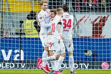Die Spieler von Union Berlin feiern den Torschützen Sebastian Andersson (l). Foto: Uwe Anspach/dpa