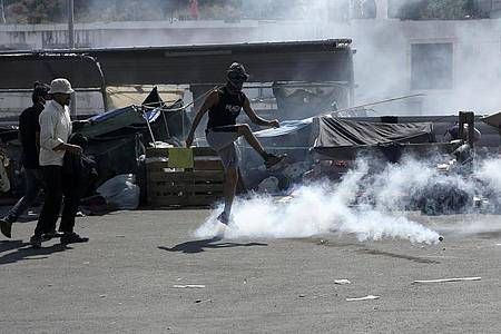 Die Polizei hat bei Zusammenstößen mit nahe der Inselhauptstadt Mytilini Tränengas eingesetzt. Foto: John Liakos/InTime News/AP/dpa