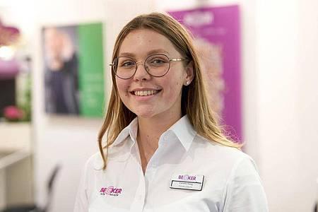 Carolin Haag macht eine Ausbildung zur Hörakustikerin. Foto: Thomas Frey/dpa-tmn
