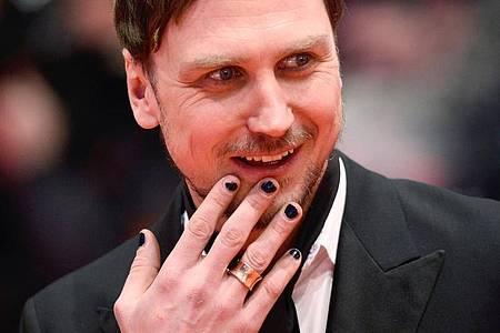 Der Schauspieler Lars Eidinger kommt mit lackierten Fingernägeln zu den 66. Internationalen Filmfestspielen in Berlin. Foto: Gregor Fischer/dpa
