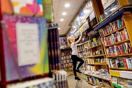 Von Anfang mit dabei: Schon zu Beginn ihrer Ausbildung konnte die angehende Buchhändlerin Sophie Schmale viele Aufgaben in der Bücherstube übernehmen. Foto: Zacharie Scheurer/dpa-tmn