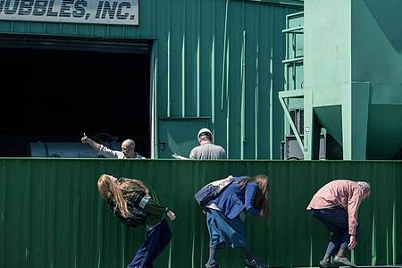 Old Dolio Dyne (Evan Rachel Wood, l) und ihre Eltern sind Trickbetrüger. Foto: -/Universal Pictures/dpa