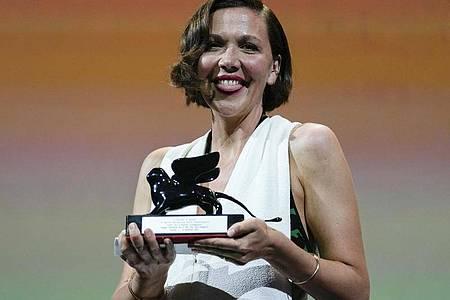 US-Schauspielerin Maggie Gyllenhaal wurde mit dem Preis für das beste Drehbuch für «The Lost Daughter» ausgezeichnet. Foto: Domenico Stinellis/AP/dpa