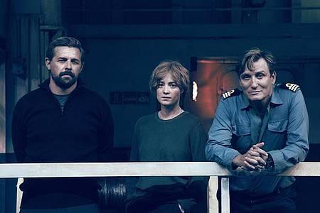 Klaas Heufer-Umlauf (l), Leonie Benesch und Oliver Masucci bei den Dreharbeiten. Foto: Fabio Lovino/ZDF/dpa