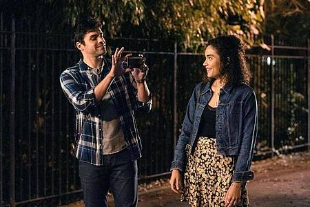 Sean Teale (als Ethan) und Brittany O?Grady kommen sich näher. Foto: -/Apple TV Plus/dpa