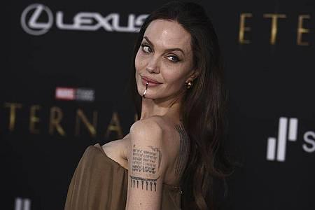 US-Schauspielerin Angelina Jolie trägt bei der Premiere von «Eternals» in Los Angeles eine Kinnmanschette. Foto: Jordan Strauss/Invision/AP/dpa