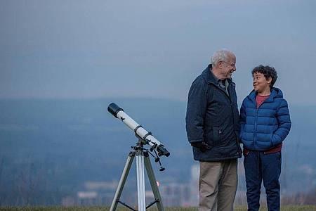 Angus Stewart (Richard Dreyfuss) bringt seinem Enkel Barney (Richie Lawrence) die Schönheit der Sterne nahe. Foto: JETS Filmverleih/dpa