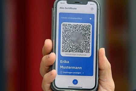 Bei der Vorstellung des Digitalen Impfpasses in der Metropolishalle in Babelsberg. Foto: Soeren Stache/dpa-Zentralbild-Pool/dpa