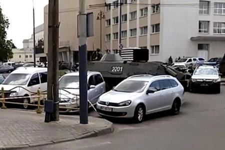 Sicherheitskräfte sind bereits am Ort des Geschehens eingetroffen. Ein gepanzertes Sicherheitsfahrzeug sperrt eine Straße ab. Foto: Uncredited/AP/dpa