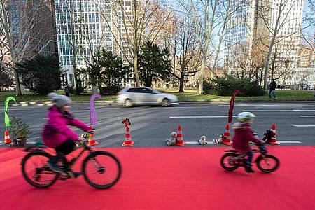 Im Frühjahr und Sommer haben einige Städte, «Pop-up-Radwege» und befristete Spielstraßen eingerichtet, um die Corona-Abstandsregeln und Verkehrssicherheit zu garantieren. Foto: Silas Stein/dpa
