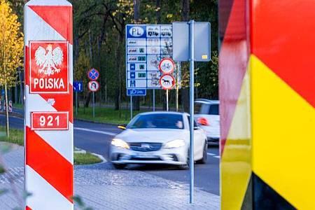 Grenzpfähle von Deutschland und Polen. Die Bundesregierung stuft das Nachbarland als Hochinzidenzgebiet ein. Foto: Jens Büttner/dpa-Zentralbild/ZB
