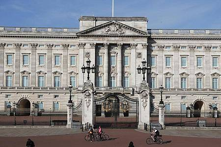 Tourismus in Pandemie-Zeiten: Wer die Gärten des offiziellen Amtssitzes von Queen Elizabeth II. besichtigen möchte, muss vorab einTicket buchen. Foto: Frank Augstein/AP/dpa