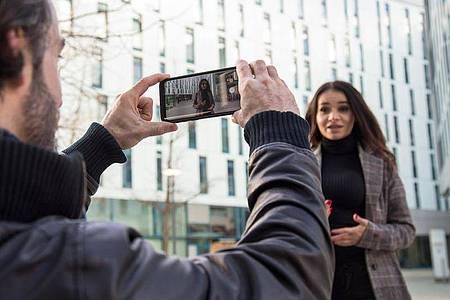 Mit ein wenig Vorbereitung und einem Drehkonzept werden die Videoaufnahmen mit dem Smartphone gleich doppelt so gut. Foto: Christin Klose/dpa-tmn