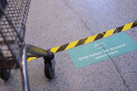 Die Warteschlange an der Kasse ist ein denkbar schlechter Ort, um jemanden bloßzustellen, der sich nicht an die Coronaregeln halten will. Foto: Florian Schuh/dpa-tmn