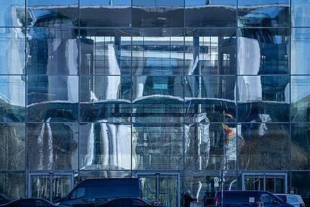 Die Fassade des Bundeskanzleramts spiegelt sich in Paul-Löbe Haus des Bundestags. Foto: Michael Kappeler/dpa