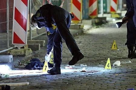 Ein Kriminaltechniker sichert im Oktober 2020 am Tatort in Dresden Spuren. Foto: Roland Halkasch/dpa-Zentralbild/dpa