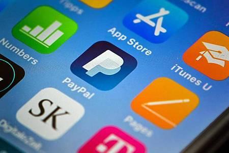 Paypal bietet beim mobilen Bezahlen eine Lösung an, die sich auch in bestehende Kassensysteme integrieren lässt. Foto: Felix Kästle/dpa