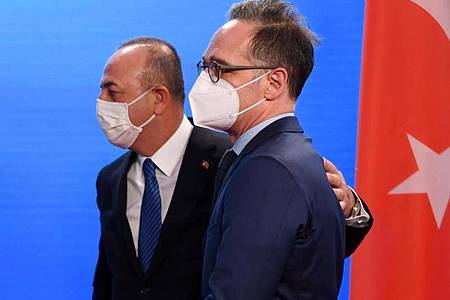 Heiko Maas (SPD), Außenminister von Deutschland, und Mevlüt Cavusoglu (l), Außenminister der Türkei. Foto: Annegret Hilse/Reuters Pool/dpa