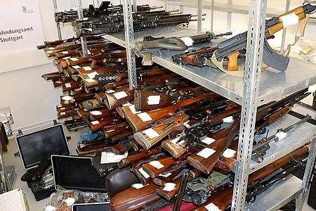 Ein Waffenarsenal mit 270 Waffen liegt in einer Kammer beim Zollfahndungsamt. Foto: Zollfahndungsamt Stuttgart/dpa