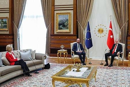 «Die Präsidentin war ganz klar überrascht»: Beim EU-Türkei-Treffen in Ankara wurde EU-Kommissionschefin von der Leyen nicht auf Augenhöhe mit Türkeis Präsident Erdogan und EU-Ratspräsident Michel platziert. Foto: Dario Pignatelli/European Council/dpa