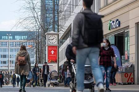 Im Kampf gegen die Pandemie hat der Bundestag bundeseinheitliche Maßnahmen zur Kontaktreduzierung abgesegnet. (Symbolbild). Foto: Hendrik Schmidt/dpa-Zentralbild/dpa