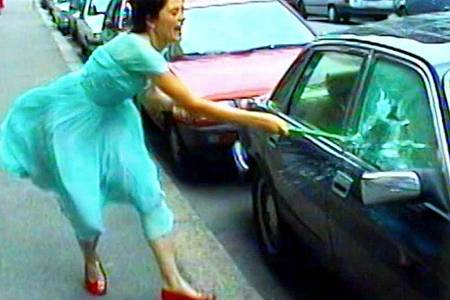 Die Videoinstallation «Ever is Over All» (1997) von Pipilotti Rist. Foto: -/Galerie Hauser & Wirth/Pipilotti Rist/Arte/MDR/dpa
