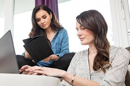 Frauen-WG mit schnellem Internet? Wer Glasfaser in die Mietwohnung haben möchte, braucht einen langen Atem. Foto: Christin Klose/dpa-tmn