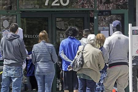 Menschen warten in Salt Lake City vor einem Arbeitsamt. Foto: Rick Bowmer/AP/dpa