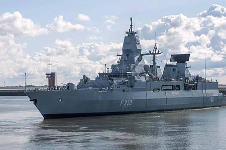 Die Fregatte «Hamburg» auf einem Archivbild beim Auslaufen in Wilhelmshaven. Foto: Sina Schuldt/dpa