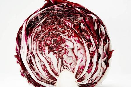Die bitteren Geschmacksnoten im Radicchio sind nicht jedermanns Sache. Sie sind aber verdauungsfördernd und entzündungshemmend. Foto: Franziska Gabbert/dpa-tmn