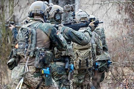 Bundeswehrsoldaten der Eliteeinheit Kommando Spezialkräfte (KSK) bei einem Übungseinsatz. Foto: Kay Nietfeld/dpa