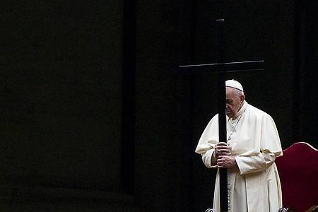 Papst Franziskus betet den Kreuzweg auf dem leeren Platz vor dem Petersdom. Foto: Angelo Carconi/Pool ANSA/AP/dpa