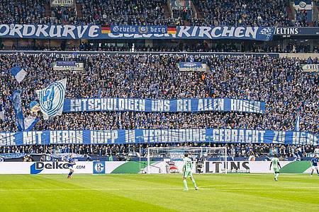Die Schalke-Fans sorgen auch im Spiel gegen Hoffenheim mit ihren Plakaten für Aufsehen. Foto: David Inderlied/dpa