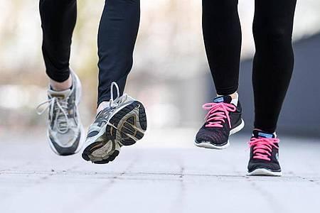 Zu den körperlichen Signalen von sportlicher Überforderung zählen Infektanfälligkeit, gerötete und warme Gelenke - und Schmerzen. Foto: Tobias Hase/dpa-tmn