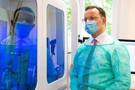 Bundesgesundheitsminister Jens Spahn (CDU) besucht die Virologie der Universitätsklinik des Saarlandes. Foto: Oliver Dietze/dpa