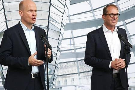 Ralph Brinkhaus (l), CDU/CSU-Fraktionsvorsitzender, und Alexander Dobrindt, Vorsitzender der CSU-Landesgruppe im Deutschen Bundestag, beantworten 2019 auf einer Pressekonferenz Fragen von Journalisten. Foto: Wolfgang Kumm/dpa