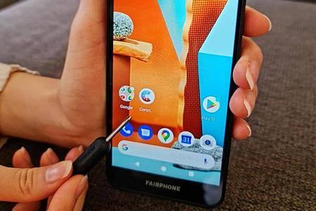 Kleiner Dreher, große Wirkung: Mit einem einzigen mitgelieferten Werkzeug lässt sich das Fairphone 3+auseinandernehmen und per Modultausch selbst reparieren. Foto: Christoph Dernbach/dpa-tmn