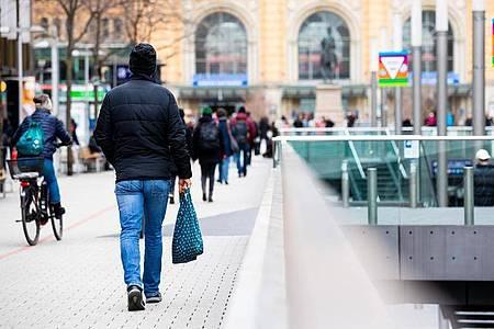 Menschen gehen durch die Innenstadt von Hannover. Werden die Corona-Regeln wieder verschärft?. Foto: Moritz Frankenberg/dpa