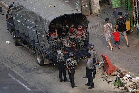 Sicherheitskräfte stehen neben einem Lastwagen in Yangon. Foto: Uncredited/AP/dpa