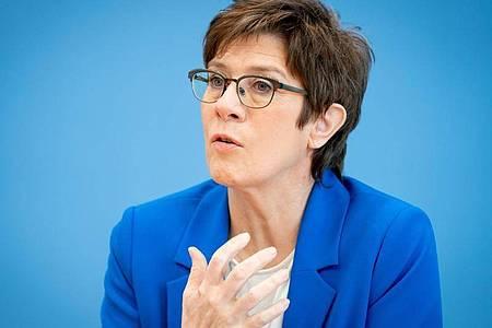 Bundesverteidigungsministerin Annegret Kramp-Karrenbauer (CDU) fordert von Russland Transparenz. Foto: Kay Nietfeld/dpa