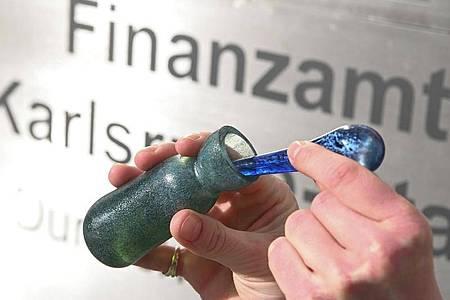 Im Neubau des Karlsruher Finanzamtes soll man künftig das Parfüm kaufen können, das nach frisch gedrucktem Geld riecht. Foto: Uli Deck/dpa