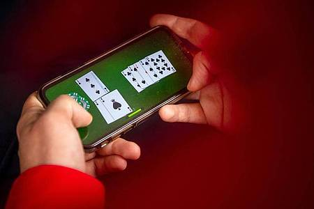 Laut einer Studie des Marktforschungsunternehmens GfK haben im vergangenen Corona-Jahr immer mehr Menschen in Deutschland auf ihrem Smartphone gespielt und dafür oft zusätzliches Geld ausgegeben. Foto: Sina Schuldt/dpa