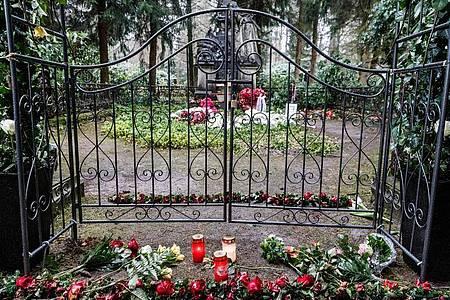 Die Grabstätte von Jan Fedder auf dem Ohlsdorfer Friedhof. Foto: Markus Scholz/dpa